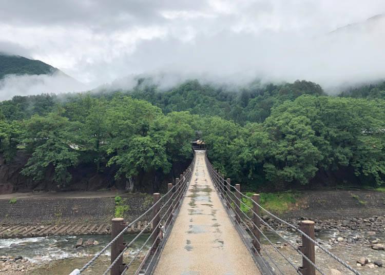 白川鄉景點⑤架設在流經白川村溪流上的「相逢橋」