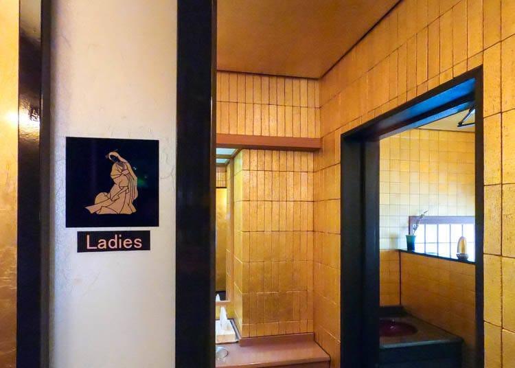 3. 전면이 금박으로 장식된 '금박 전문점 사쿠다'의 '골드 토일렛(toilet)'