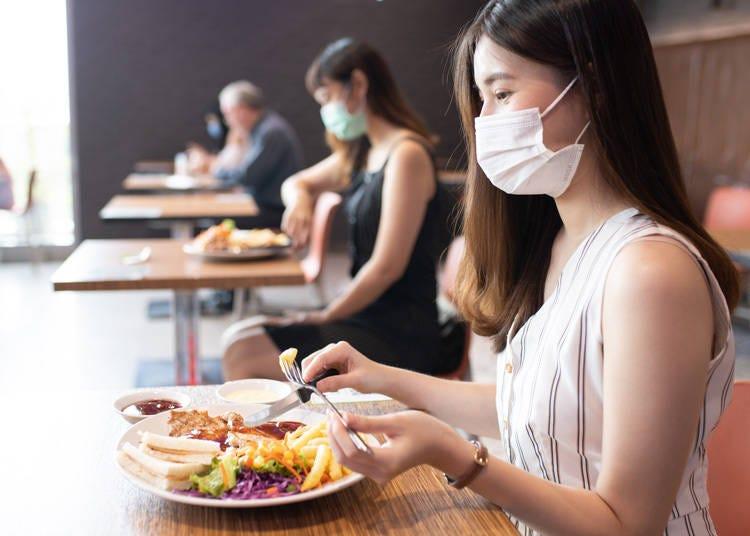 飲食時にはなるべく横並びに座りましょう