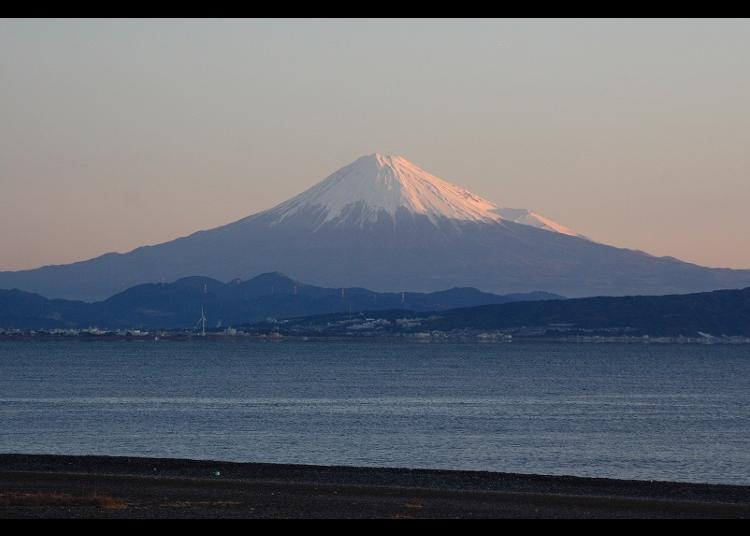 ⑦【富士山×夕焼け】ピンクに染まる富士山と海は息を呑む美しさ