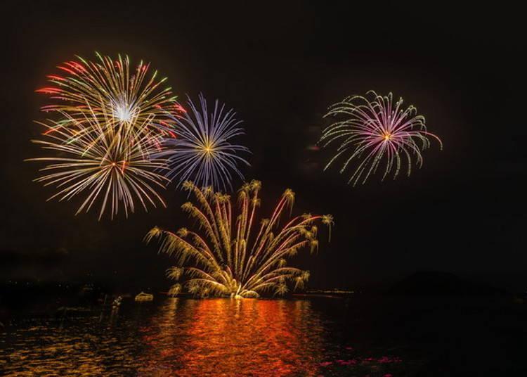 호수 위로 펼쳐지는 불꽃놀이!