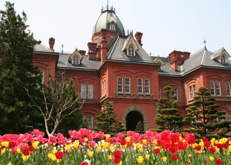▲紅磚廳舍和鐘樓一樣都是知名的拍照地點。距離鐘台只需要走路5分鐘