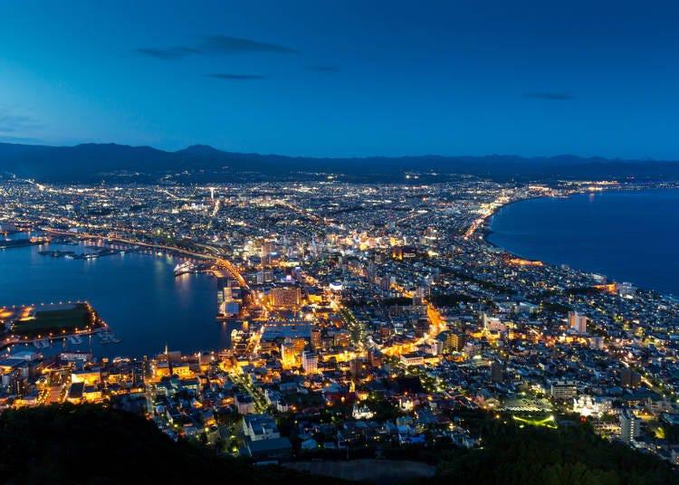 「函館山山頂展望台」からロマンチックな夜景を望む