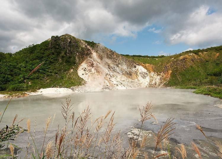 目の前で湧き出る温泉の沼「大湯沼」