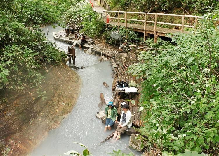 在溫泉河川中享受足湯!「大湯沼川天然足湯」
