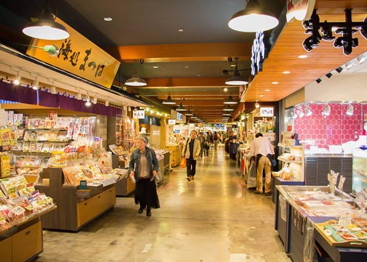 國內線2樓「購物世界」内「北海道特產品直銷市場」可以買到新鮮海鮮類的伴手禮