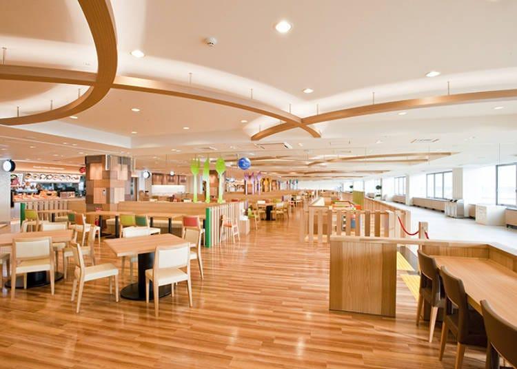 國內線3樓「美食世界」內「Food Court」觀賞飛機的起降一邊享用美食