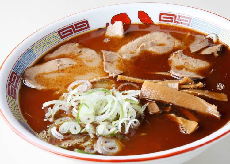 北海道特色拉麵②旭川拉麵:醬油湯底裡有滿滿的豬油和捲曲麵