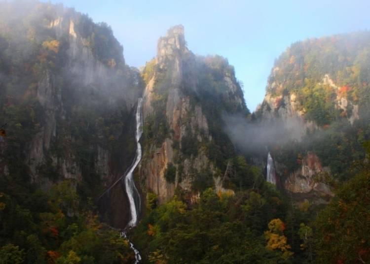 北海道賞楓景點②佈滿秋楓的層雲峽斷崖峭壁,雙瀑布絕景「銀河瀑布・流星瀑布」