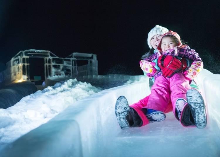 ■大人、小孩都喜欢的「冰雕溜滑梯」和「溜冰场」