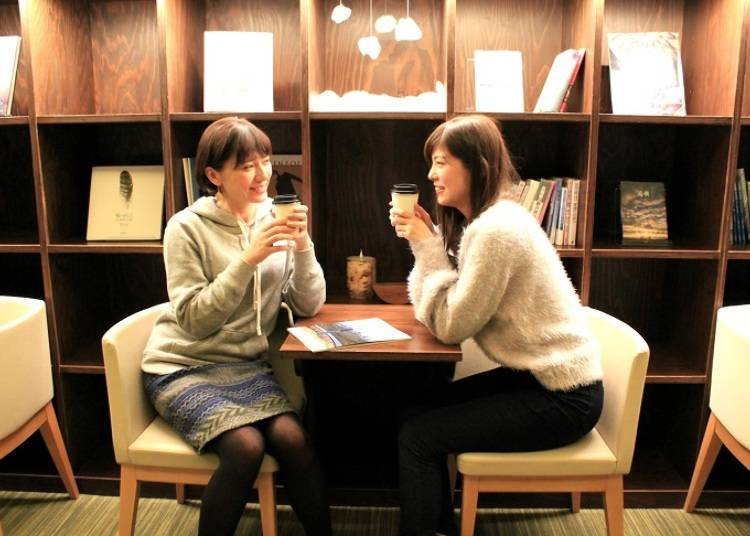 ■宿泊者専用のホッとできるスペース「Books&Cafe」
