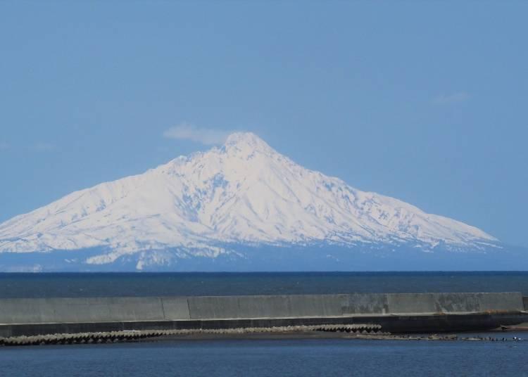 바다에 떠 있는 아름다운 산봉우리 '리시리산'