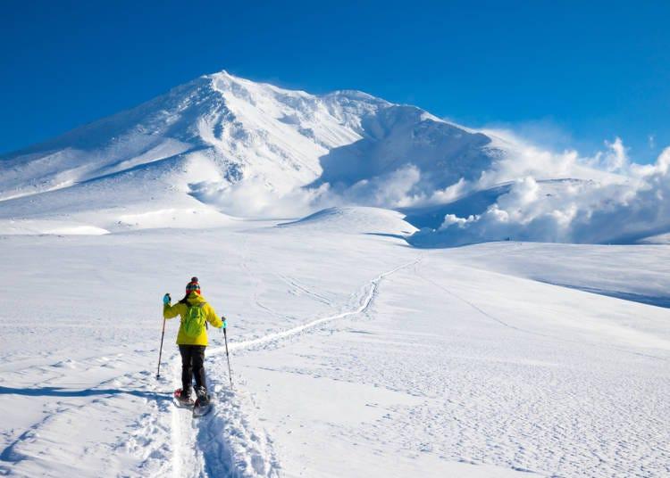 1. 换上「雪鞋」畅享于银白色的大自然中