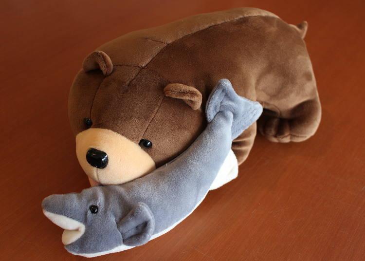 木雕熊風格「咬著鮭魚的熊玩偶」
