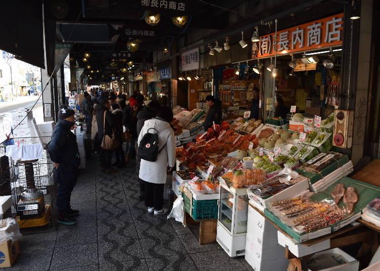13:00 在二條市場品嘗美味的海鮮當午餐