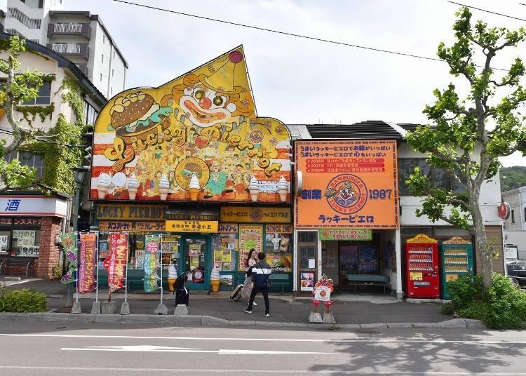 6.「函館ラッキーピエロ」ベイエリア本店で、人気ナンバーワンのローカルハンバーガーを食べる