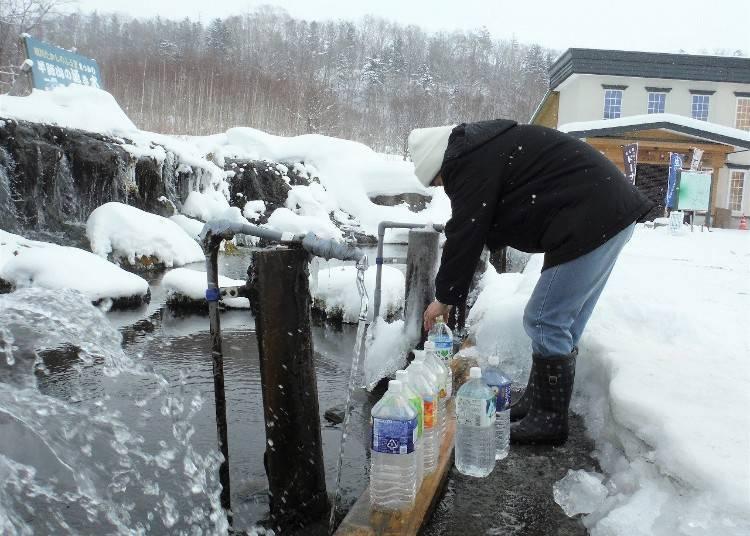 9.長い時間をかけてろ過された「羊蹄山の湧き水」を水真狩村で汲む