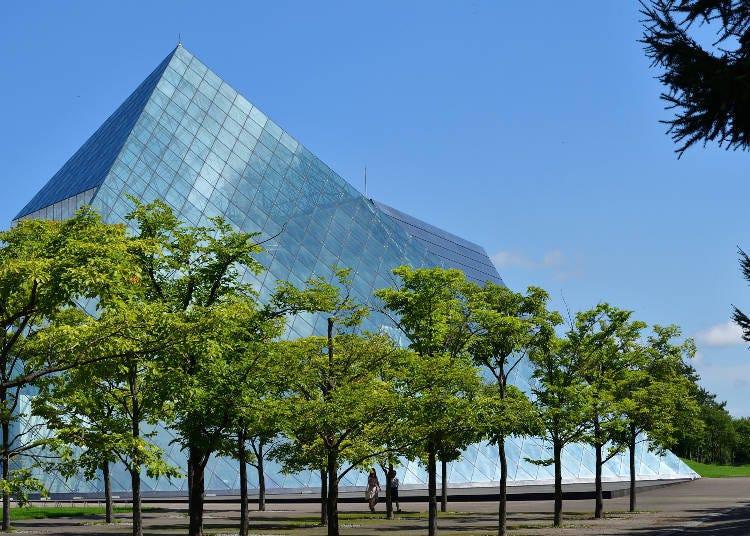 莫埃來沼公園推薦設施①與自然合為一體的紀念建築物,玻璃金字塔「HIDAMARI」