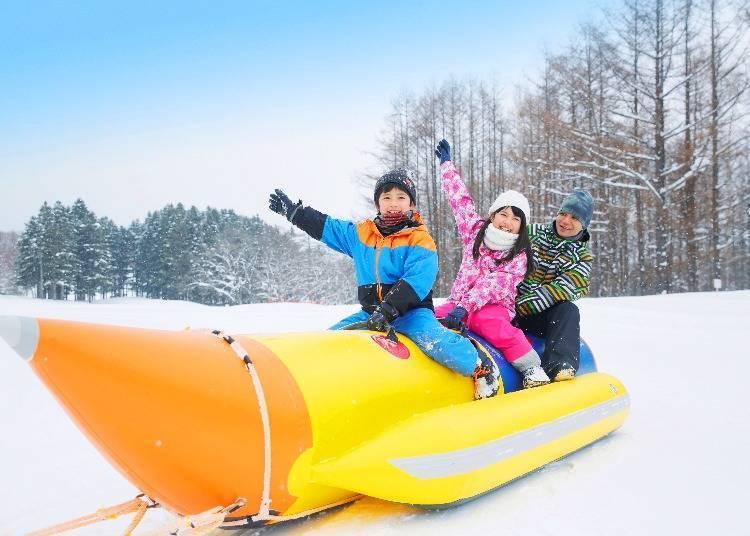 全家一同享受富良野滑雪场的雪上活动!