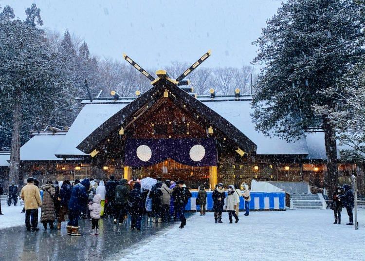 4 「北海道神宮」の初詣はおごそかで神秘的(イギリス/男性)