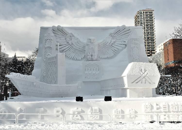 3. '삿포로 눈 축제'에서 눈 예술 작품을 만지다