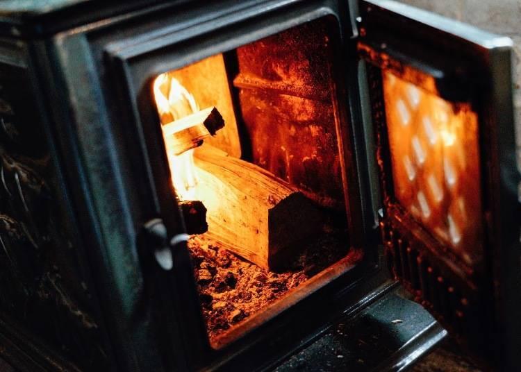 9. 在有燃木暖爐的咖啡廳放空