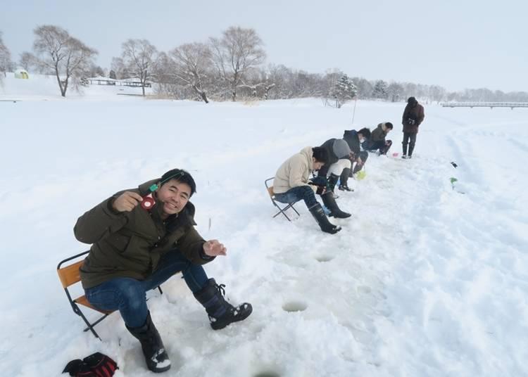 5.凍った湖でワカサギ釣りを満喫