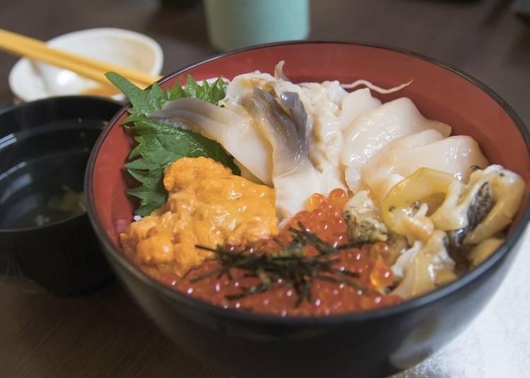 18.市場で海鮮丼を食べる