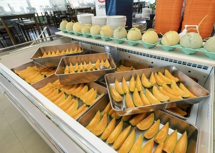 到吃到饱店家,尽情享用哈密瓜!