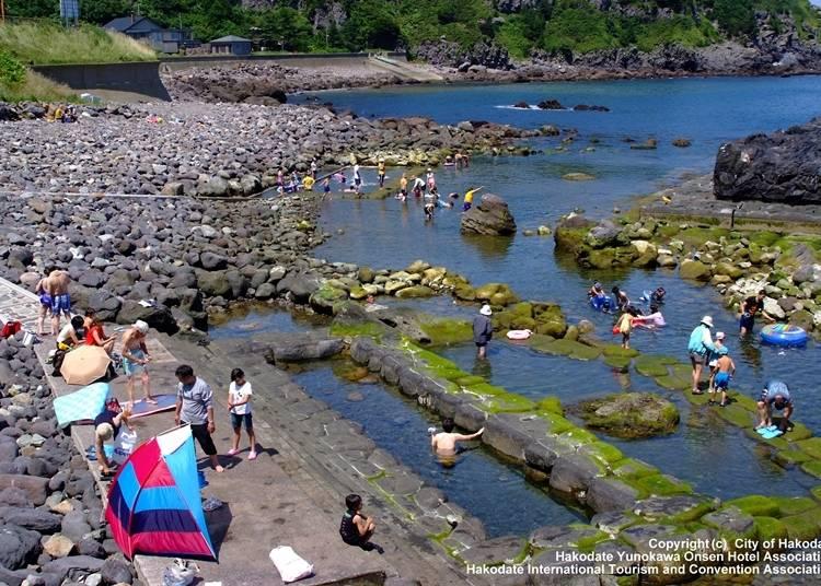 7.世界でも珍しい海と一体化した露天風呂「椴法華(とどほっけ)水無海浜温泉」