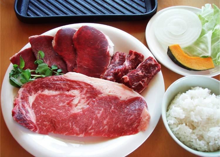 13 : 00  '팜 레스토랑 마부릿토'에서 희귀한 짧은 뿔의 소고기를 맛본다