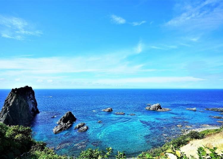3)絵の具を溶かしたような積丹ブルーが魅力の「神威岬」