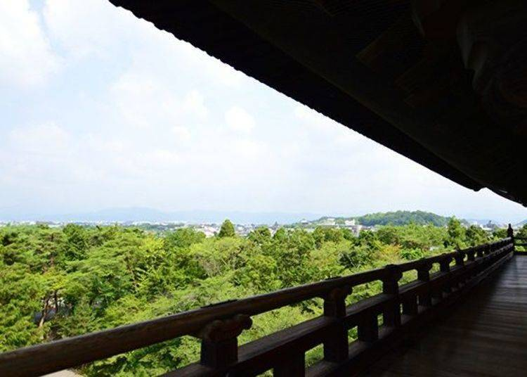 """It's the view, the view""22 meters high! The view of Kyoto from the massive Sanmon"