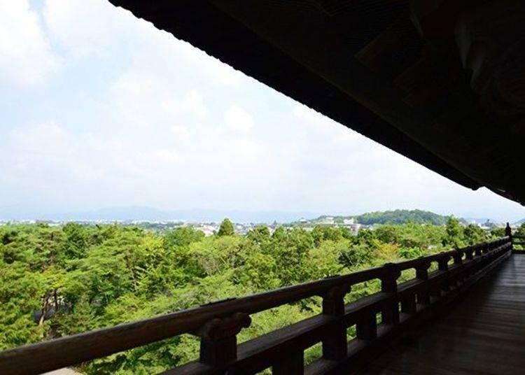絕景啊、絕景啊 從高度22公尺很具震撼的三門望向京都市區。