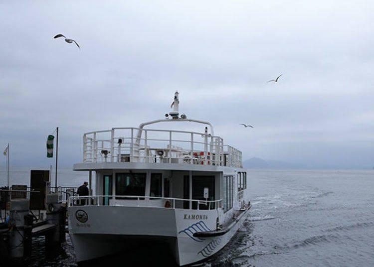 搭乘「伊根灣周遊遊覽船」,從海上欣賞船屋的漁村景色