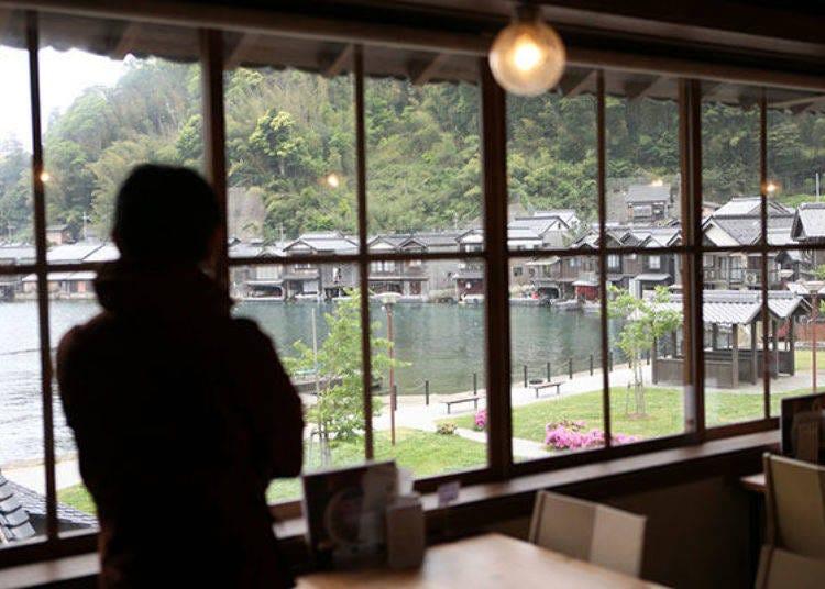 一邊在2樓座位欣賞一覽無遺的船屋景色,一邊品嚐伊根的海鮮美食「舟屋食堂(船屋食堂)」