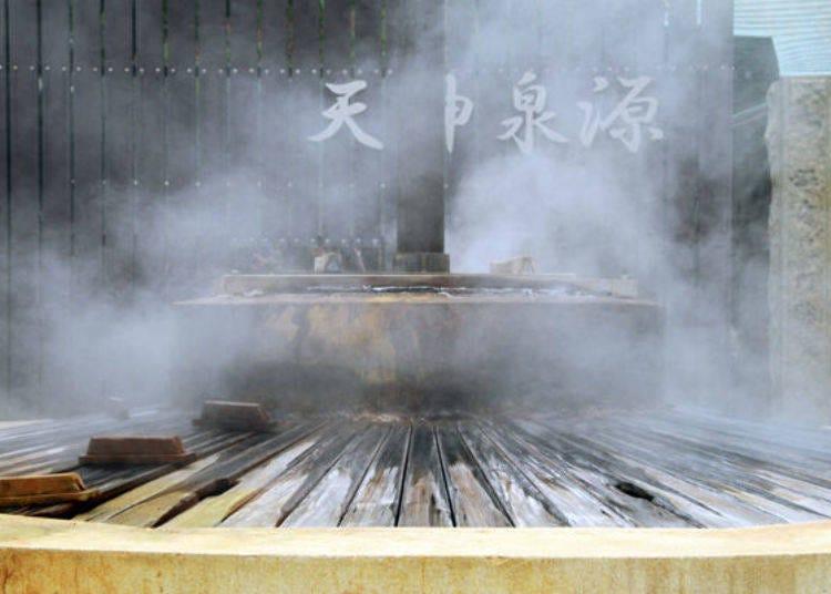 Hot spring gushes beneath a shrine! A walk through a hot spring town visiting the hot spring sources