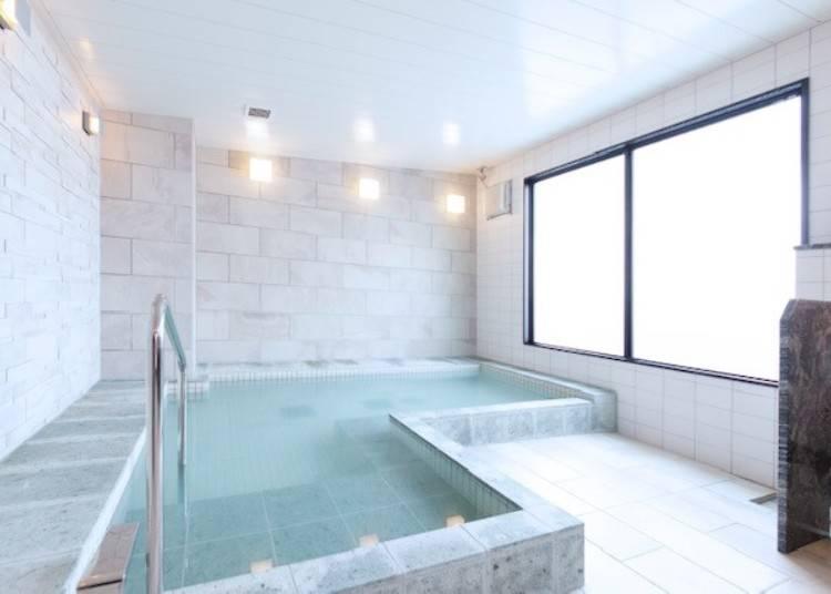 開放的な大浴場で手足を伸ばしてくつろいで