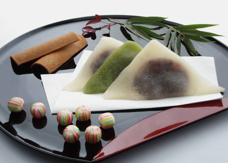 Japanese knick-knacks and sweets are perfect souvenirs!