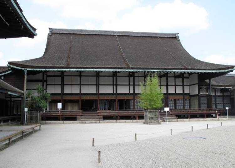 """Highlight 3: The """"Seiryo-den"""", with Two Guardian Statues"""