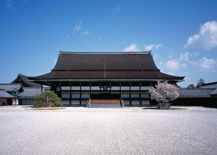 見どころ2:伝統技法で作られた屋根の「紫宸殿」