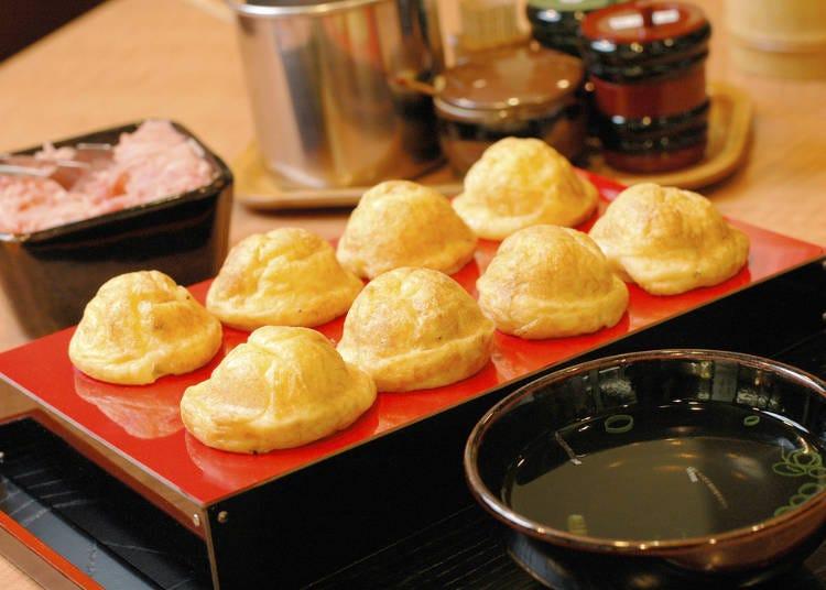 2. Try fluffy Akashi-yaki dipped in broth!