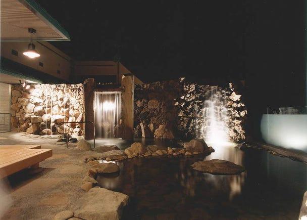 露天風呂で雄大な景色を堪能「駅舎温泉さとの湯」