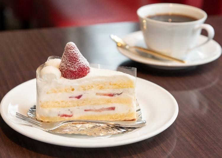 人気のケーキをコーヒーと一緒に