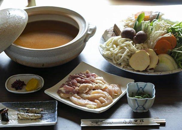 직접 재배한 야채와 쌀, 현지 식재료가 가득한 특제 전골 요리를 즐겨보자.