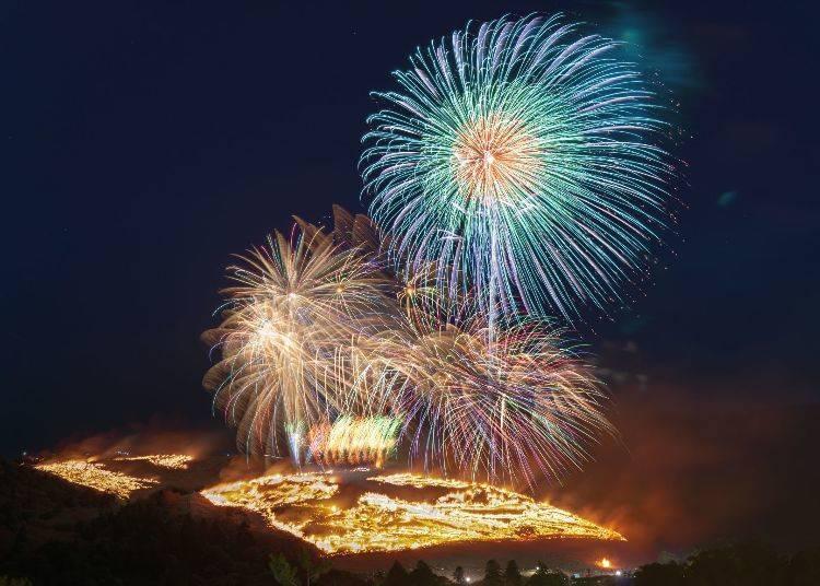 壯觀的煙火和燒山是必看重點!