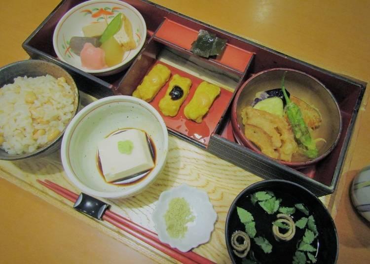 1) Chuoshokudo Sanbo: The taste of tradition