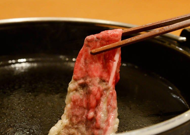 まずアツアツの鍋で牛肉を焼きます
