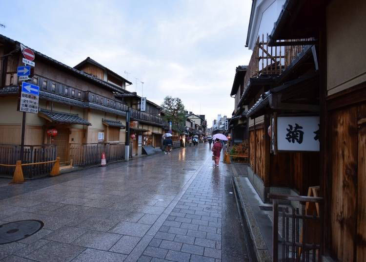 4) Hanamikoji Street: A perennial favorite of tourists no matter the weather