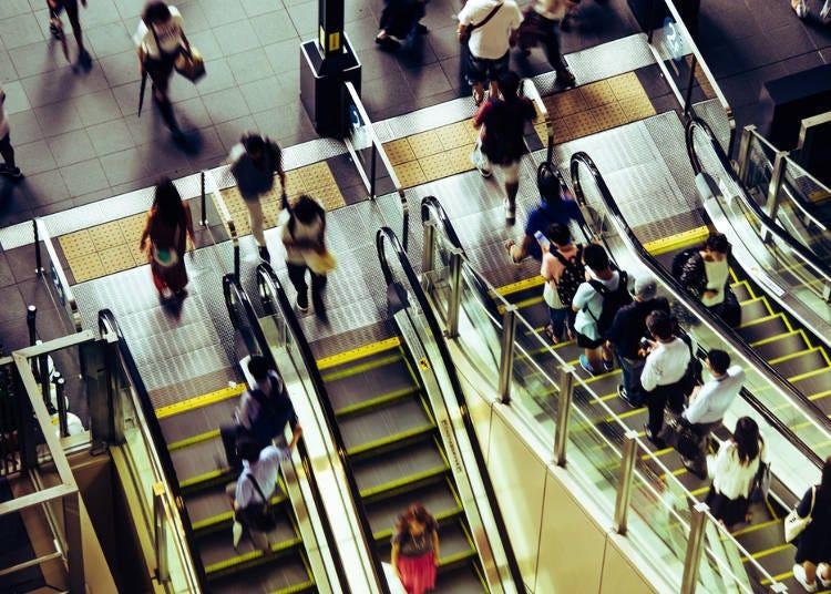 4. 에스컬레이터를 탈 때는 도쿄와 반대! '오른쪽'에 서자.
